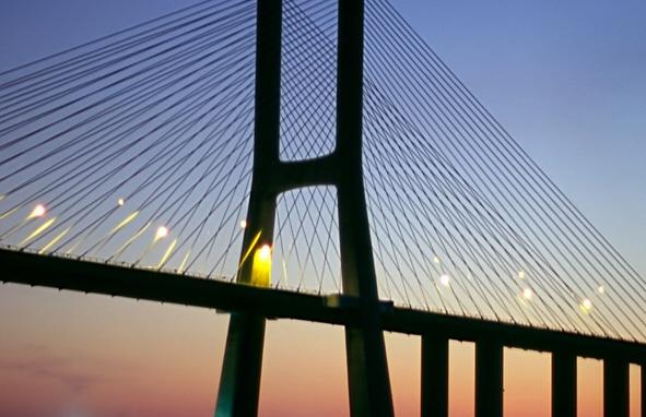 les lampadaires du pont vasco de gama à lisbonne