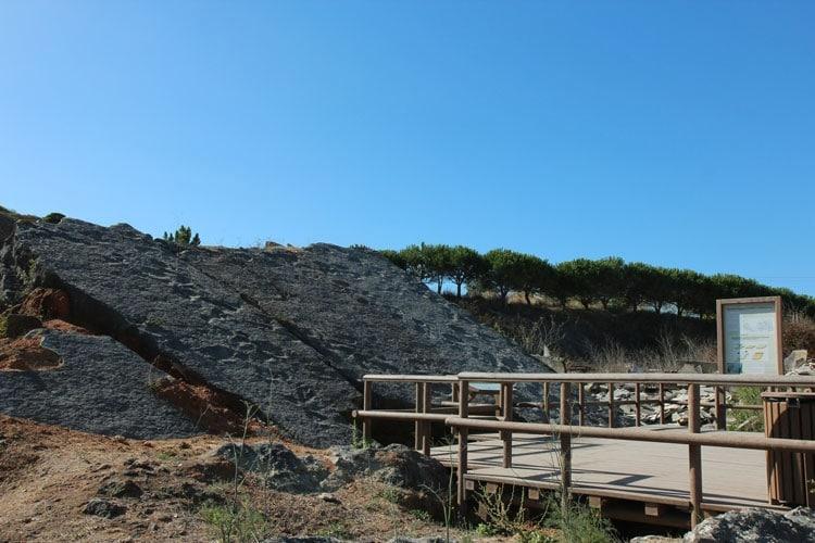 empreintes de dinosaures à Sesimbra au Portugal