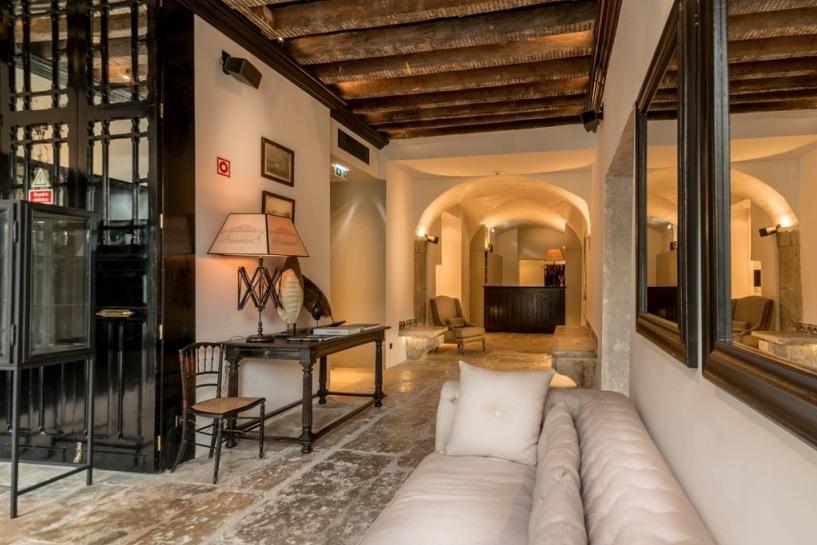 les meilleurs h tels de charme lisbonne ambiance romantique. Black Bedroom Furniture Sets. Home Design Ideas