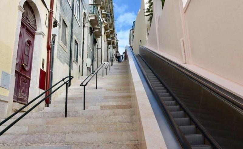 escalier roulant menant au château de lisbonne